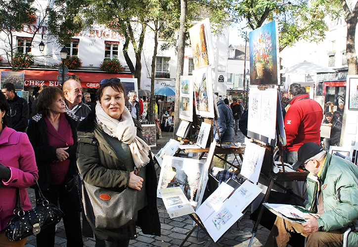 Debbie peruses the art stalls in Montmartre